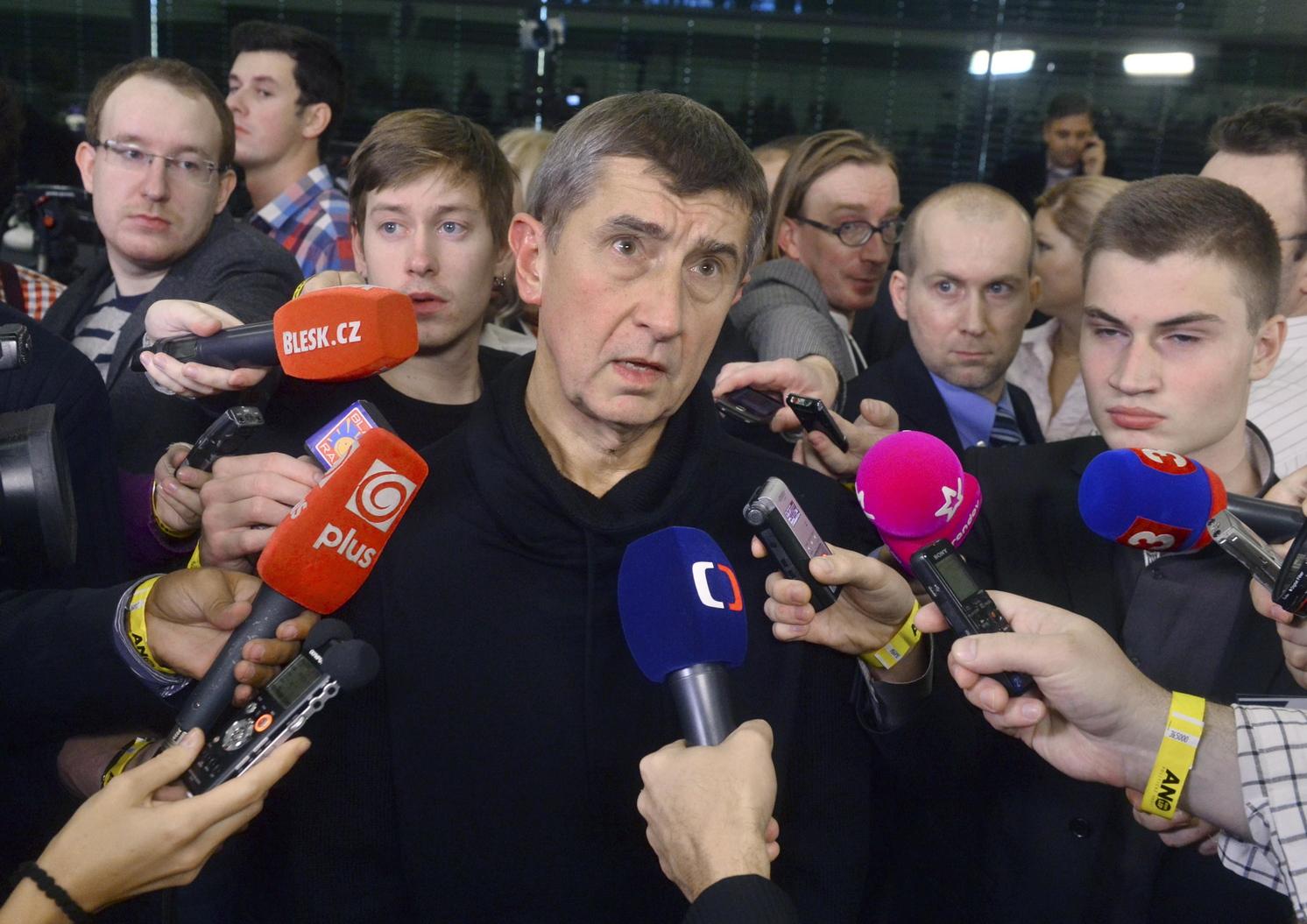 Andrej Babis milliárdos cseh üzletember, az IGEN (ANO) mozgalom alapítója a sajtónak nyilatkozik, miután pártja a szavazatok 18,66 százalékának az elnyerésével a második helyen végzett az előre hozott parlamenti választásokon Prágában 2013. október 26-án. (MTI/EPA)