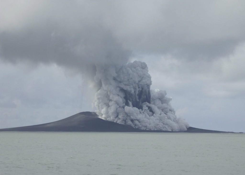 Az új-zélandi külügyi és kereskedelmi minisztérium által 2015. január 21-én közreadott kép egy tűzhányó kitöréséről a Tonga-szigetek közelében, az óceániai Polinéziában január 14-én. A hetek óta tartó vulkáni tevékenységben egy új sziget jött létre. (MTI/AP/Új-zélandi külügyi és kereskedelmi minisztérium)