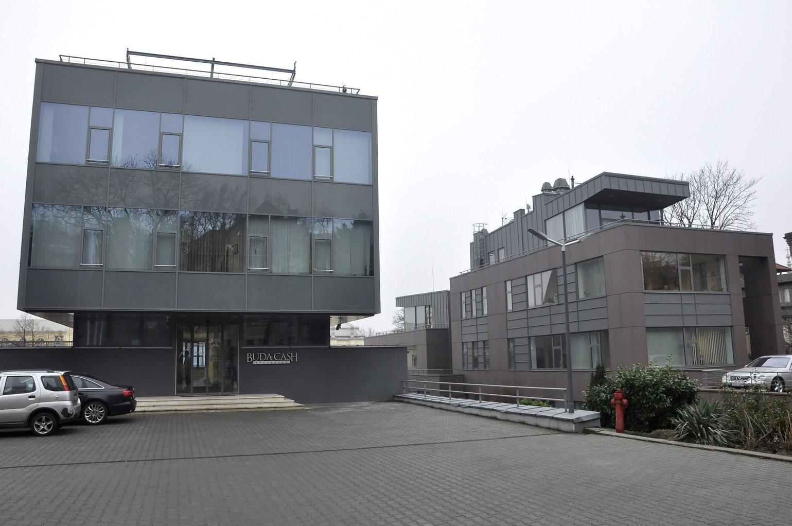 A Buda-Cash Brókerház Zrt. épülete Budapesten, a XI. kerületi Ménesi úton 2015. február 24-én. A Magyar Nemzeti Bank (MNB) több évtizedes visszaélés-sorozatot gyanít a Buda-Cash Brókerháznál, ezért azonnali hatállyal felfüggesztette működési engedélyét, és a brókerházzal összefüggésbe hozható Dél-Dunántúli Regionális Bank (DRB) bankcsoporthoz tartozó négy banknál is korlátozó intézkedéseket, így a betétkifizetés 1 millió forintos korlátozását rendelte el. MTI Fotó: Sallmayer Gábor