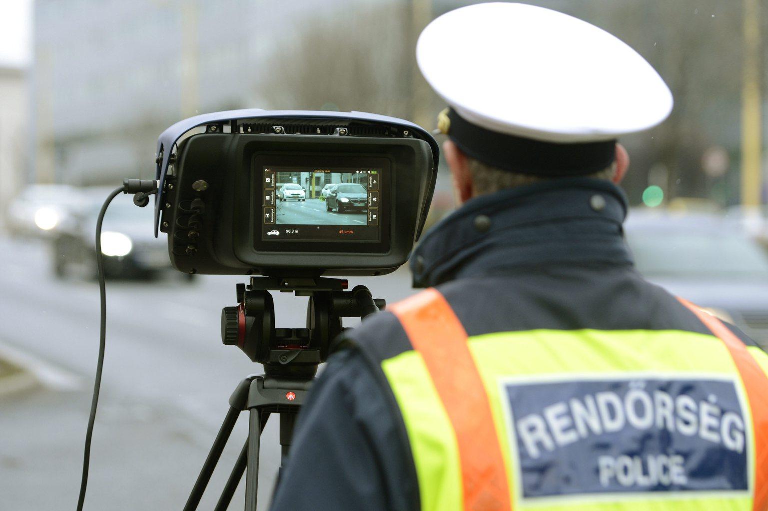 Egy rendőr új mérőműszerrel dolgozik egy komplex közúti ellenőrző ponton Budapesten, a XII. kerületi Alkotás úton 2015. február 4-én. Új közlekedési ellenőrzési rendszert tesztel a rendőrség februárban, az első 160 változtatható helyű kamerát már kiosztották a megyei rendőr-főkapitányságoknak, további mintegy 130 fix kamerát pedig az év végéig telepítenek. MTI Fotó: Kovács Tamás