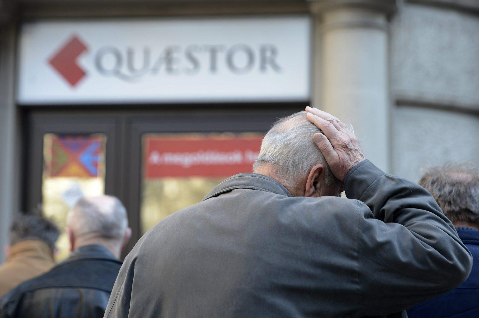 Ügyfelek várakoznak a Quaestor Értékpapír-kereskedelmi és Befektetési Zrt. ügyfélszolgálati irodája előtt az V. kerületi Báthori utcában 2015. március 10-én. Részlegesen felfüggesztette a Quaestor tevékenységi engedélyét a Magyar Nemzeti Bank (MNB), miután célvizsgálata során a társaságnál szabálytalanságokat észlelt. Az előző napon a Quaestor Financial Hrurira Kft. öncsődöt jelentett. MTI Fotó: Kovács Tamás
