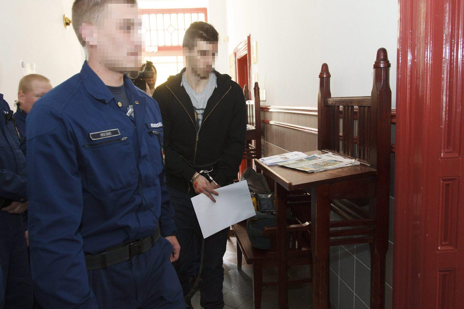 A zalaegerszegi emberölés gyanúsítottját vezetik a Zala Megyei Törvényszéken 2015. április 14-én. A gyanú szerint a férfi megölt egy 18 éves lányt 2015. április 11-én éjjel. A bíróság a gyanúsítottat előzetes letartóztatásba helyezte. MTI Fotó: Varga György