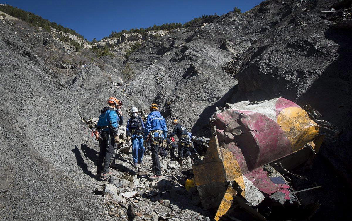A francia belügyminisztérium által 2015. április 1-jén közreadott képen mentőcsapat tagjai dolgoznak a Germanwings német diszkont légitársaság Barcelonából Düsseldorfba tartó Airbus A320-as utasszállító gépe tragédiájának a helyszínén a francia Alpokban fekvő Seynes-les-Alpes-ban március 31-én. A március 24-i tragédiát a másodpilóta idézte elő szándékosan. A gép fedélzetén 150 ember tartózkodott, senki nem élte túl a katasztrófát. (MTI/EPA/Francia belügyminisztérium/Yves Malenfer)