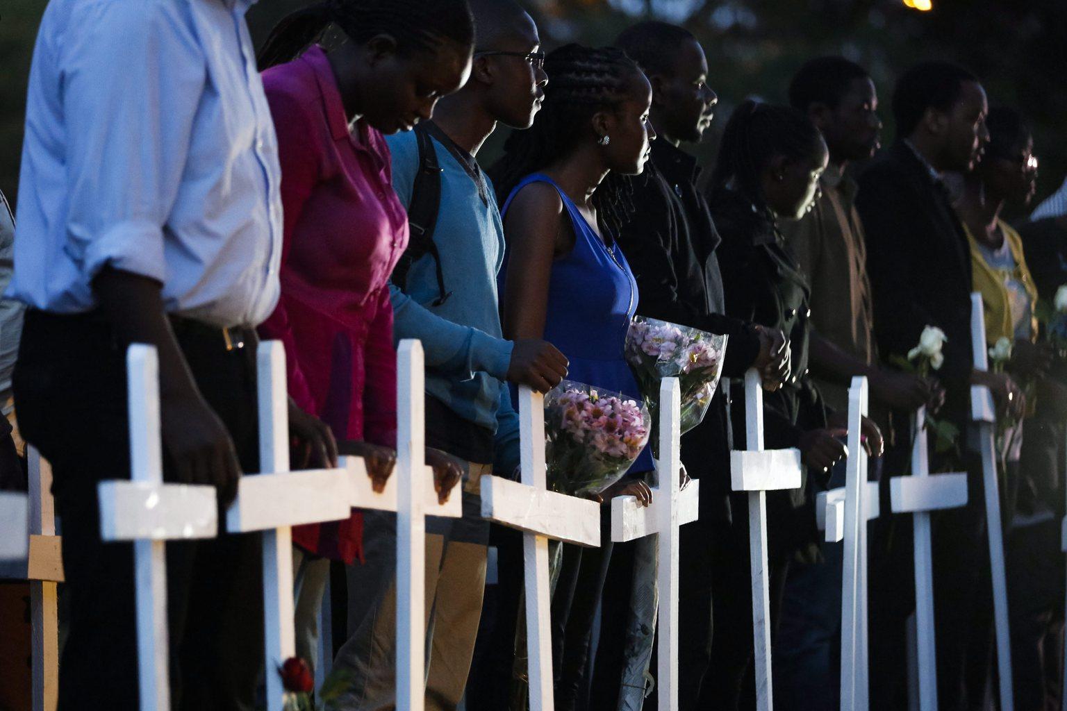 Gyászolók és hozzátartozók a kenyai Garissa város egyeteme elleni terrortámadás áldozatainak emlékére rendezett virrasztáson Nairobiban 2015. április 7-én. Az al-Shabaab szomáliai iszlamista milícia tagjai április 2-án megtámadták az egyetemet és 148 embert, túlnyomó többségükben diákokat lemészároltak. (MTI/EPA/Dai Kurokawa)