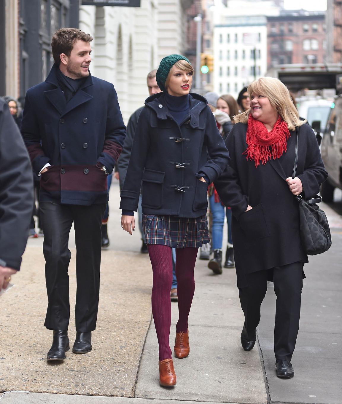 Austin Swift, Taylor Swift és édesanyjuk, Andrea Finlay a Swift család kemény magja. Taylor kiskora óta zenei karrierről álmodozott, mára beteljesült az álma, csak úgy, mint öccse Austin, aki nem rég diplomázott a Notre Dame Egyetemen és nem mellesleg kiváló fotós, akinek képeit neves magazinok is rendszeresen közlik. Fotó: GC Images