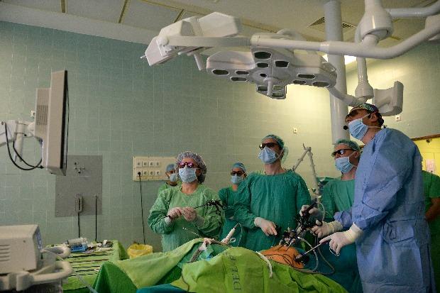 Tenke Péter osztályvezető főorvos, a Magyar Urológus Társaság elnöke (j) a kórház új, háromdimenziós laparoszkópjának segítségével operál egy beteget a dél-pesti Jahn Ferenc Kórház és Rendelőintézet központi műtőjében 2014. március 6-án. A hazai gyakorlatban egyedülálló, de világviszonylatban is új, háromdimenziós laparoszkópos eszköz ötvözi a flexibilis és merev endoszkópos technikát, valamint egy speciális szemüveg segítségével térhatású, valósághű képet közvetít az operáló orvos számára. MTI Fotó: Bruzák Noémi