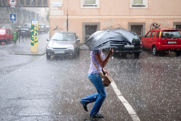 Budapest, 2011. június 6. Egy lány szalad a jégesőben Budapesten, a Stáhly és Márkus Emília utca kereszteződésénél. (MTI-fotó: Kallos Bea)