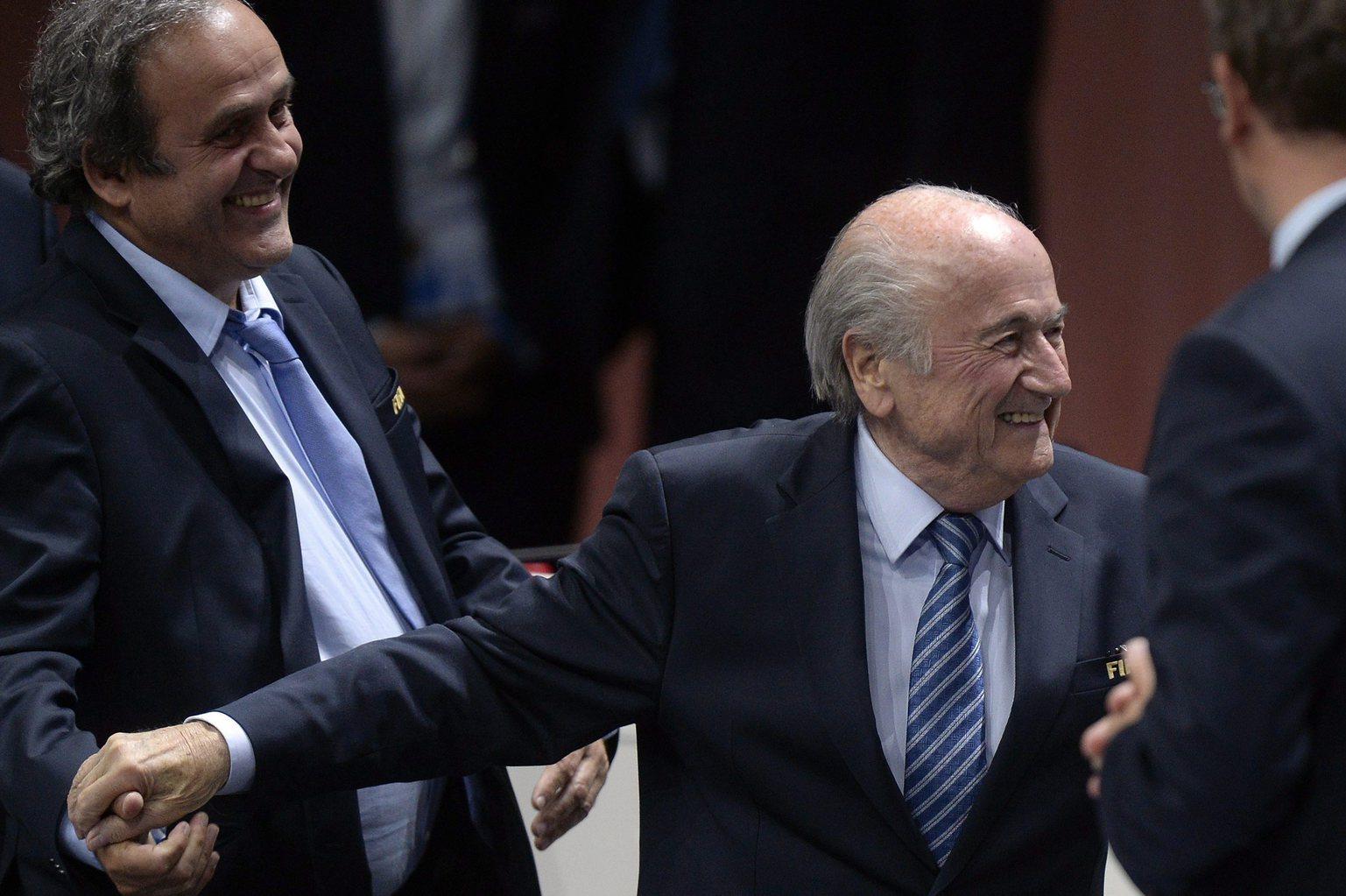 Joseph Blatter, a Nemzetközi Labdarúgó-szövetség (FIFA) elnöke (k) ünnepli újraválasztását a FIFA tisztújító kongresszusának második napján, 2015. május 29-én Zürichben. Joseph Blattert újabb négy évre elnöknek választották, miután egyetlen kihívója, Ali bin al-Husszein jordániai herceg visszalépett az elnökválasztás második fordulója előtt. Balról Michel Platini, az Európai Labdarúgó Szövetség (UEFA) elnöke. (MTI/EPA/Walter Bieri)