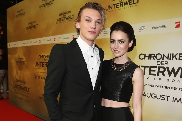 Lilly Collins és Jamie Campbell Brower (Fotó: Getty Images)