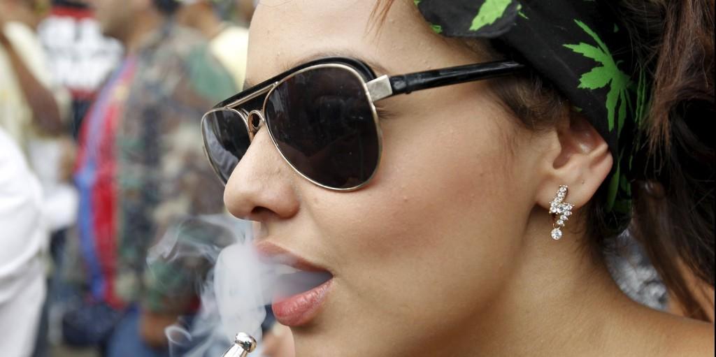 Lány marihuánás cigarettával  - Fotó: Reuters/Fredy Builes