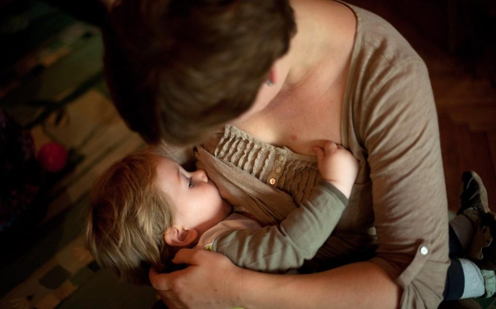 Először mutatták ki kutatók a koronavírus jelenlétét anyatejben