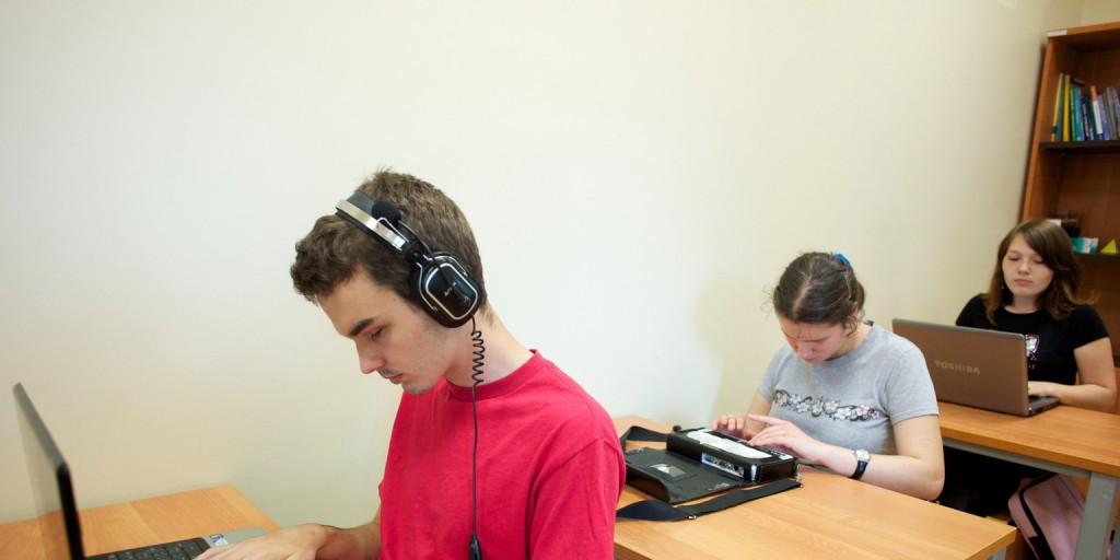 Vakoknak és gyengén látóknak kifejlesztett számítógépet tanulnak meg használni diákok Varsóban. (Fotó: AFP)