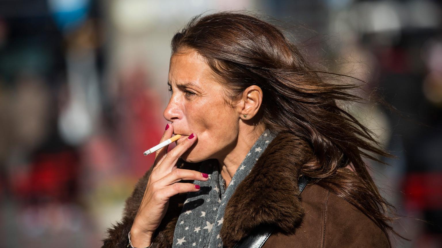 Dohányzó nő a New York-i Times Square-en. (Fotó: Getty Images)