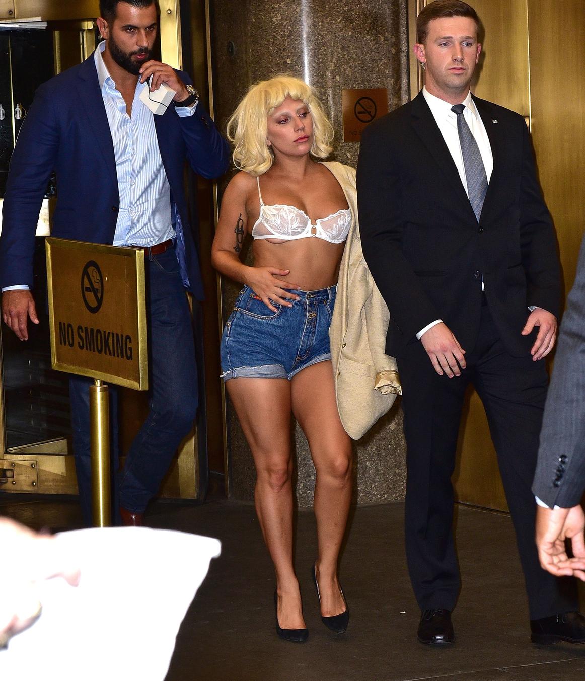 Az énekesnő egy szál melltartóban távozott a hotelből. (Fotó: GC Images)