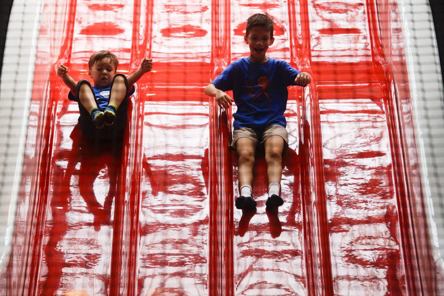 Gyerekek játszanak egy játszóházban a zuglói Jókai Mór Általános Iskolában tartott napközis nyári tábor külső programján a budapesti Millenáris Parkban 2015. július 21-én. MTI Fotó: Balogh Zoltán