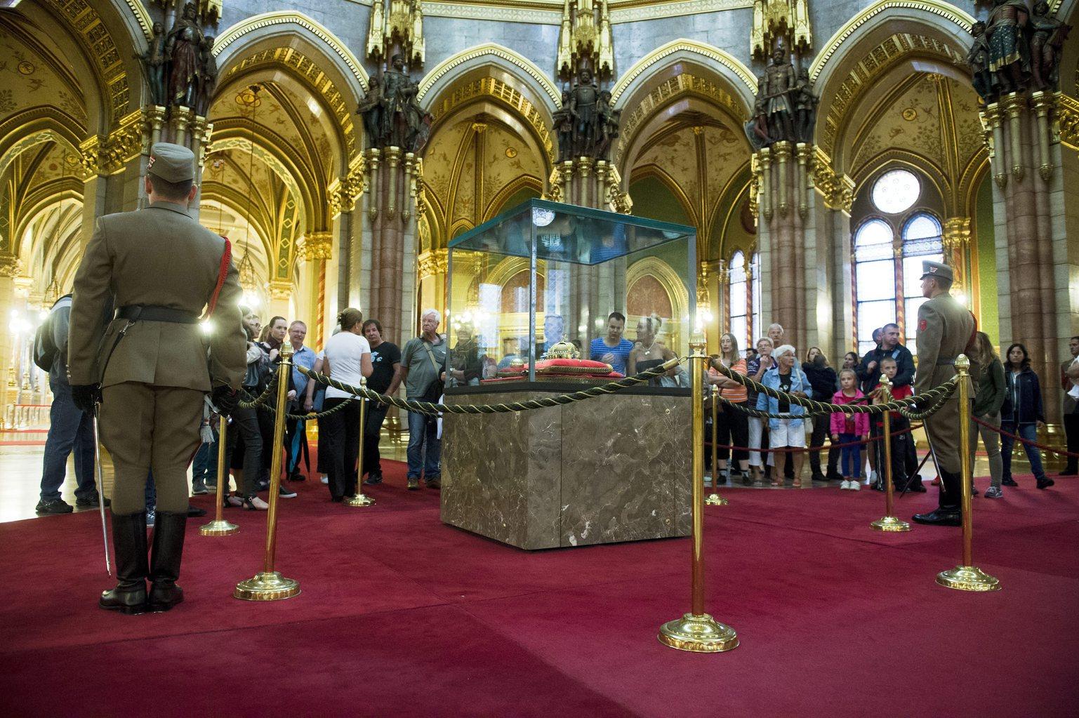 Látogatok nézik a Szent Koronát az Országházban az augusztus 20-i nemzeti ünnepen tartott nyílt napon 2015. augusztus 20-án. MTI Fotó: Koszticsák Szilárd