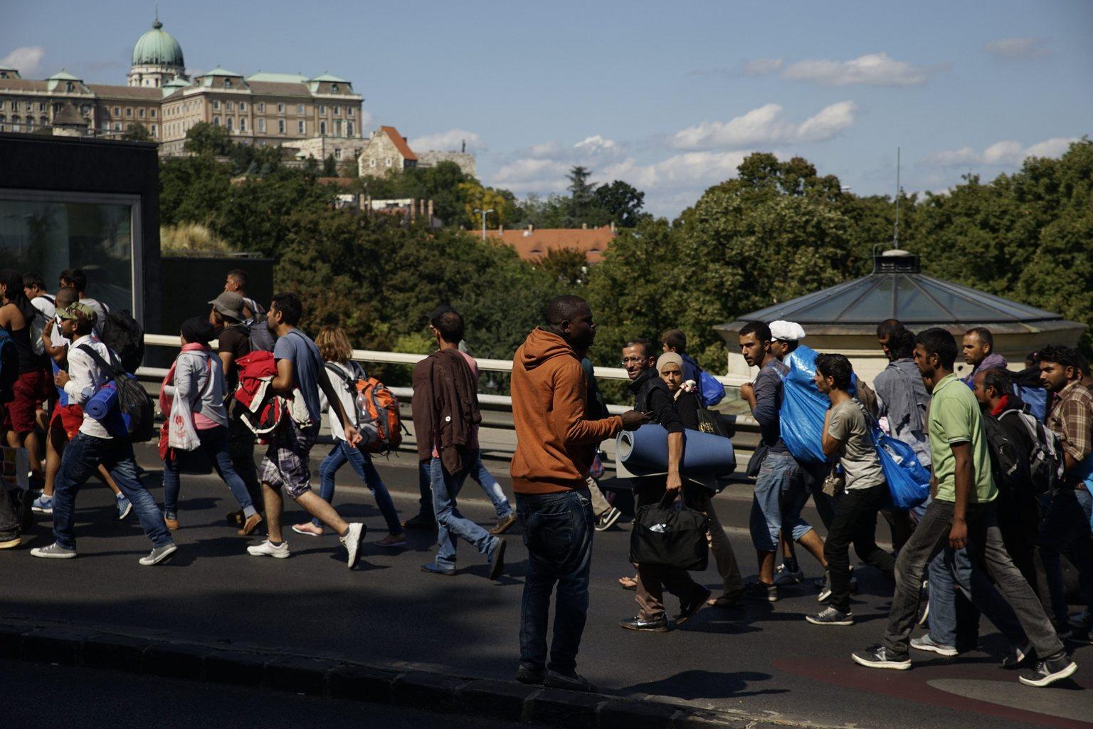A Keleti pályaudvartól indult illegális bevándorlók vonulnak Budapesten, a Hegyalja úton - elmondásuk szerint Németországba tartanak - 2015. szeptember 4-én. MTI Fotó: Balogh Zoltán