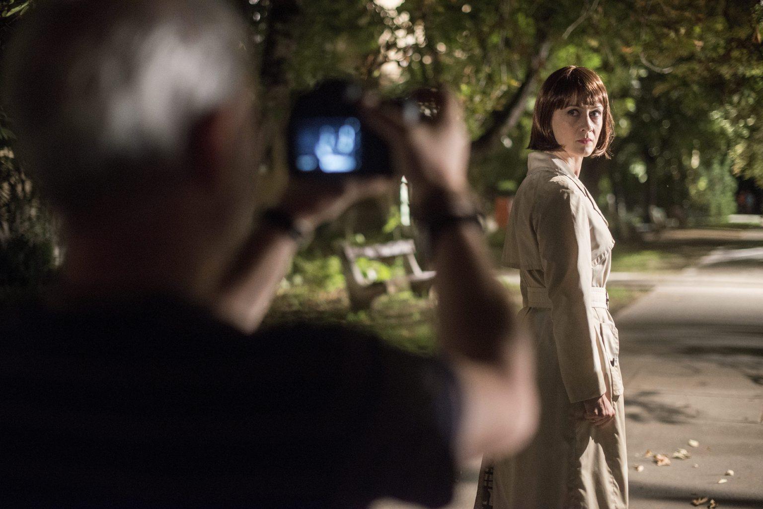 Szabó Gábor operatőr (b) és Balsai Mónika, a film egyik szereplője Sopsits Árpád a Martfűi rém című filmjének forgatásán Martfűn 2015. szeptember 3-án éjjel. MTI Fotó: Kallos Bea