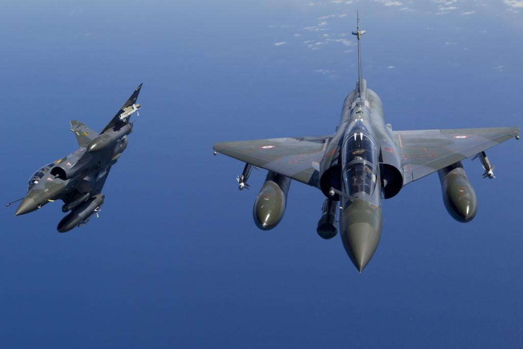 Üzemanyagot készül felvenni a levegőben a francia légierő egyik Mirage 2000 típusú harci gépe. MTI/EPA