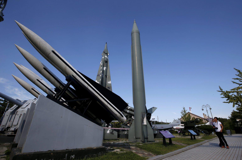Az észak-koreai Scud-B rakéták. Észak-Korea újraindította a rezsim legfőbb plutóniumforrásának tartott jongbjoni atomreaktort. (MTI/EPA/Dzson Hon Kjun)