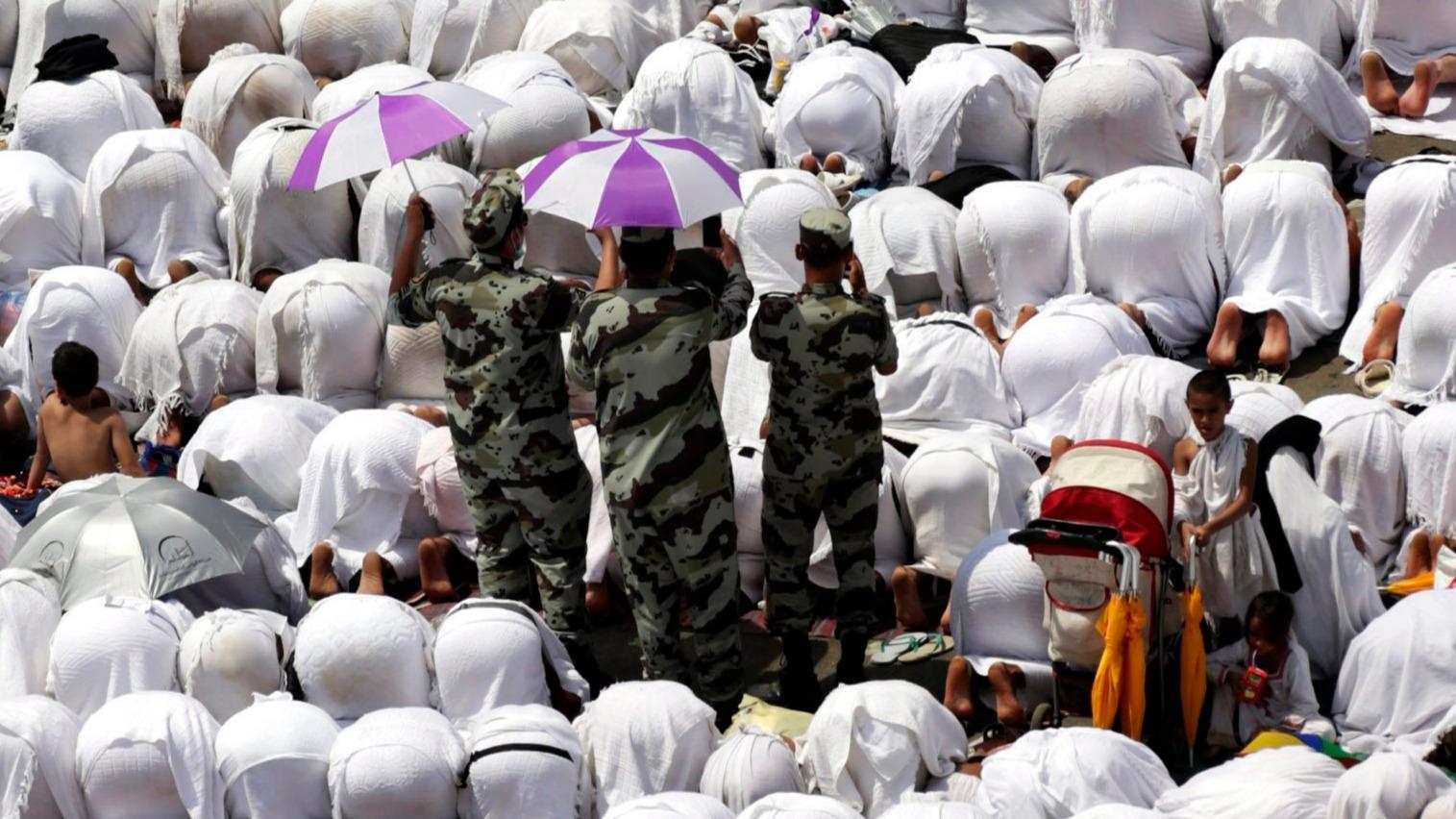 Mina, 2015. szeptember 23. Muzulmán zarándokok imádkoznak a Nimra mecsetnél a Mekkától 5 km-re délkeletre fekvő Minában a mekkai zarándoklaton, a háddzson 2015. szeptember 23-án. (MTI/EPA/Amel Pain)
