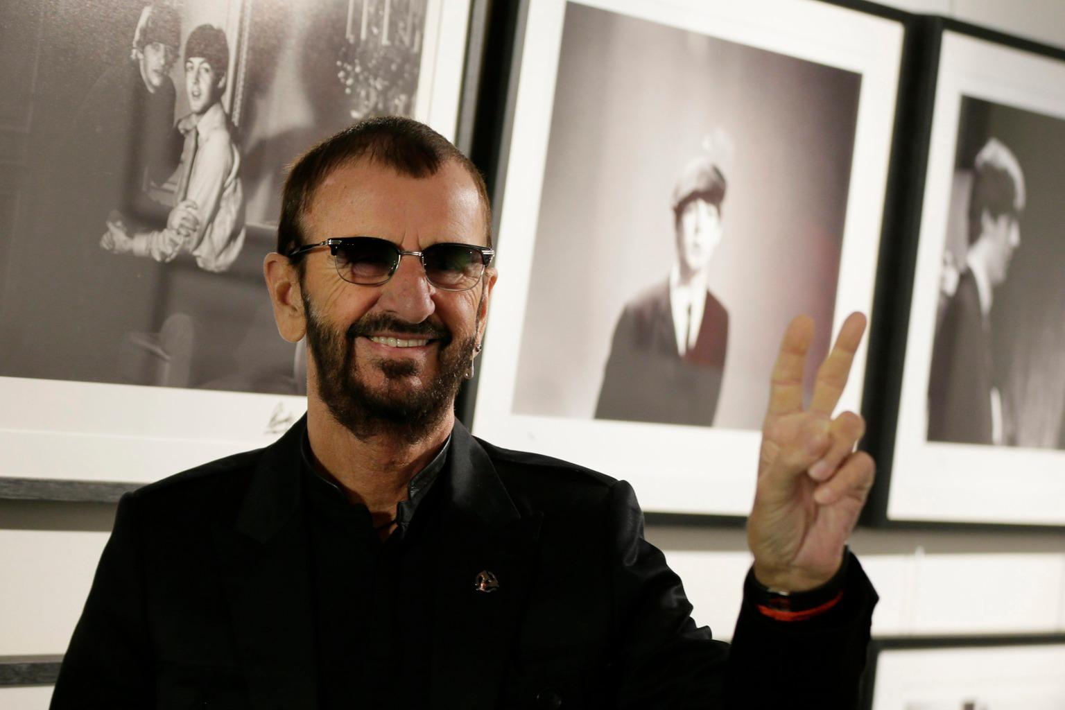 """London, 2015. szeptember 9. Ringo Starr, az egykori Beatles brit rockzenekar dobosa az általa készített fényképei előtt a """"Fénykép"""" című fotóalbuma bemutatója alkalmából rendezett sajtóeseményen Londonban 2015. szeptember 9-én. (MTI/AP/Alastair Grant)"""