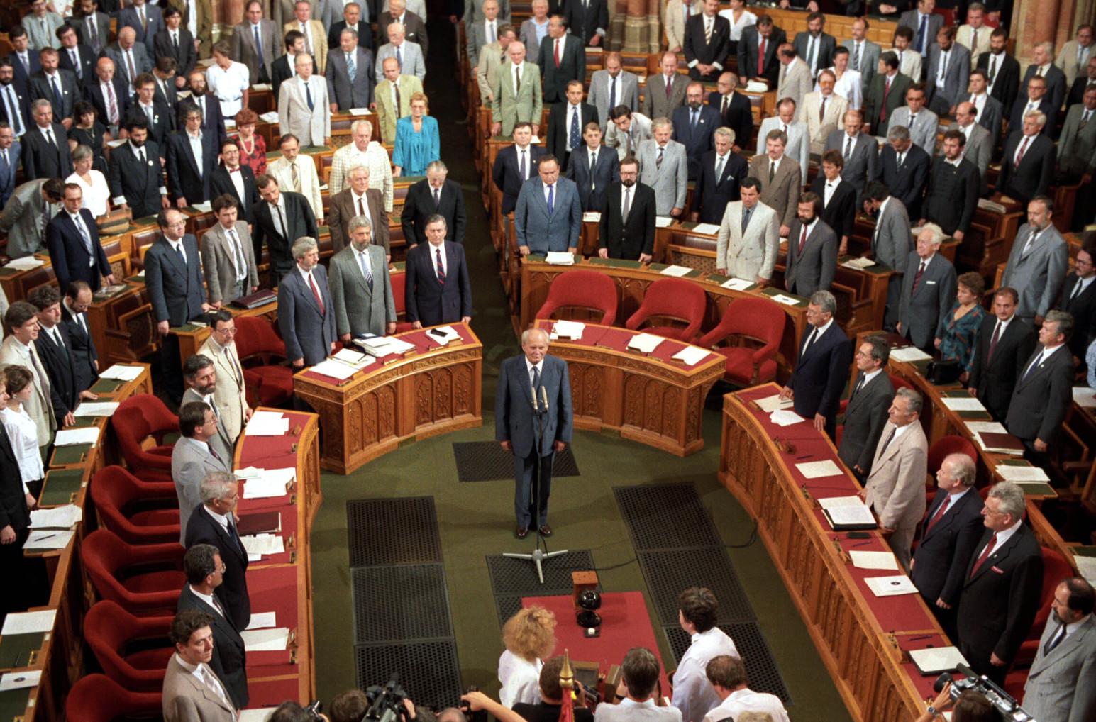 A Magyar Köztársaság Országgyűlése 1990. augusztus 3-i ünnepi ülésén Göncz Árpádot választotta meg  köztársasági elnökké. A felvételen Göncz Árpád az Országházban leteszi az esküt. MTI Fotó: Cseke Csilla