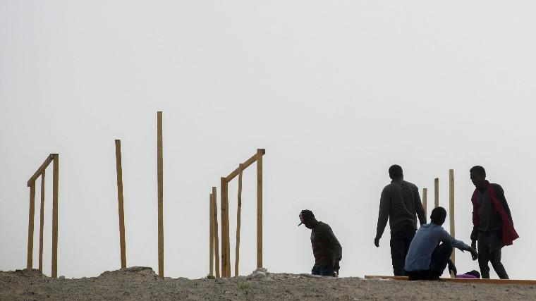 Calais, 2015. augusztus 13.  Illegális bevándorlók ideiglenes szállást építenek a franciaországi Calais-hoz közeli táborban 2015. augusztus 12-én MTI Fotó: Balogh Zoltán