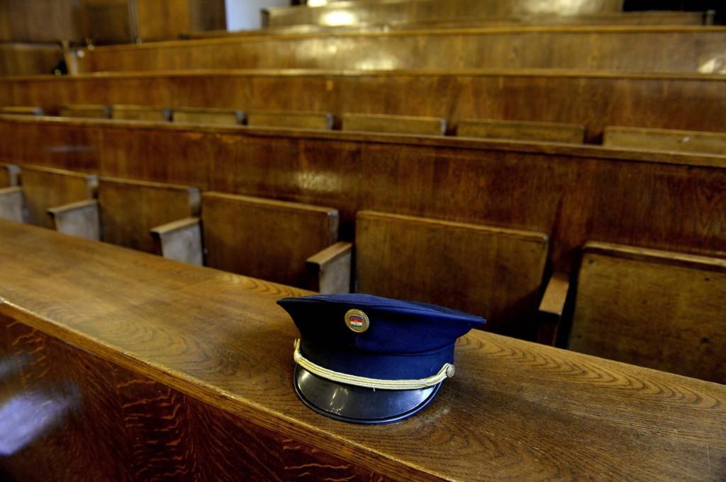 Rendőrsapka a padon a volt rendőri vezetők és társaik 2006. őszi eseményekkel összefüggő büntetőperének tárgyalásán. MTI Fotó: Bruzák Noémi