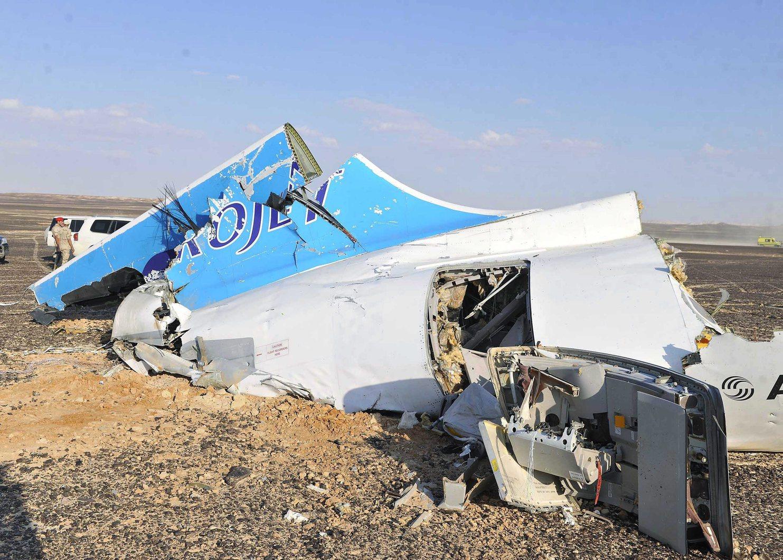 Haszana, 2015. október 31. A Kogalymavia orosz légitársaság lezuhant Airbus A-321 típusú repülőgépének roncsai az egyiptomi Haszana közelében 2015. október 31-én. Az egyiptomi Sarm-es-Sejk üdülőhelyről Szentpétervárra tartó járat fedélzetén 217 utassal - köztük 17 gyerekkel  - és hét főnyi személyzettel egy nehezen megközelíthető hegyvidéki területen zuhant le a Sínai-félszigeten. (MTI/EPA)