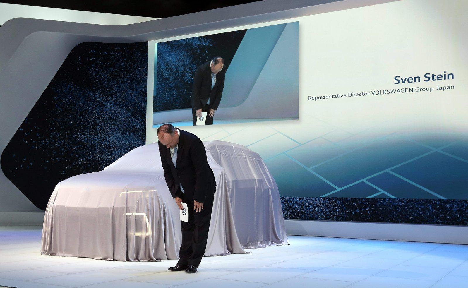 Sven Stein, a Volkswagen német járműgyártó csoport japán részlegének igazgatója és alelnöke meghajolva kér bocsánatot a vállalat károsanyag-kibocsátással kapcsolatos csalásai miatt a 44. Tokyo Motor Show első sajtónapján 2015. október 28-án. (MTI/AP/Eugene Hoshiko)