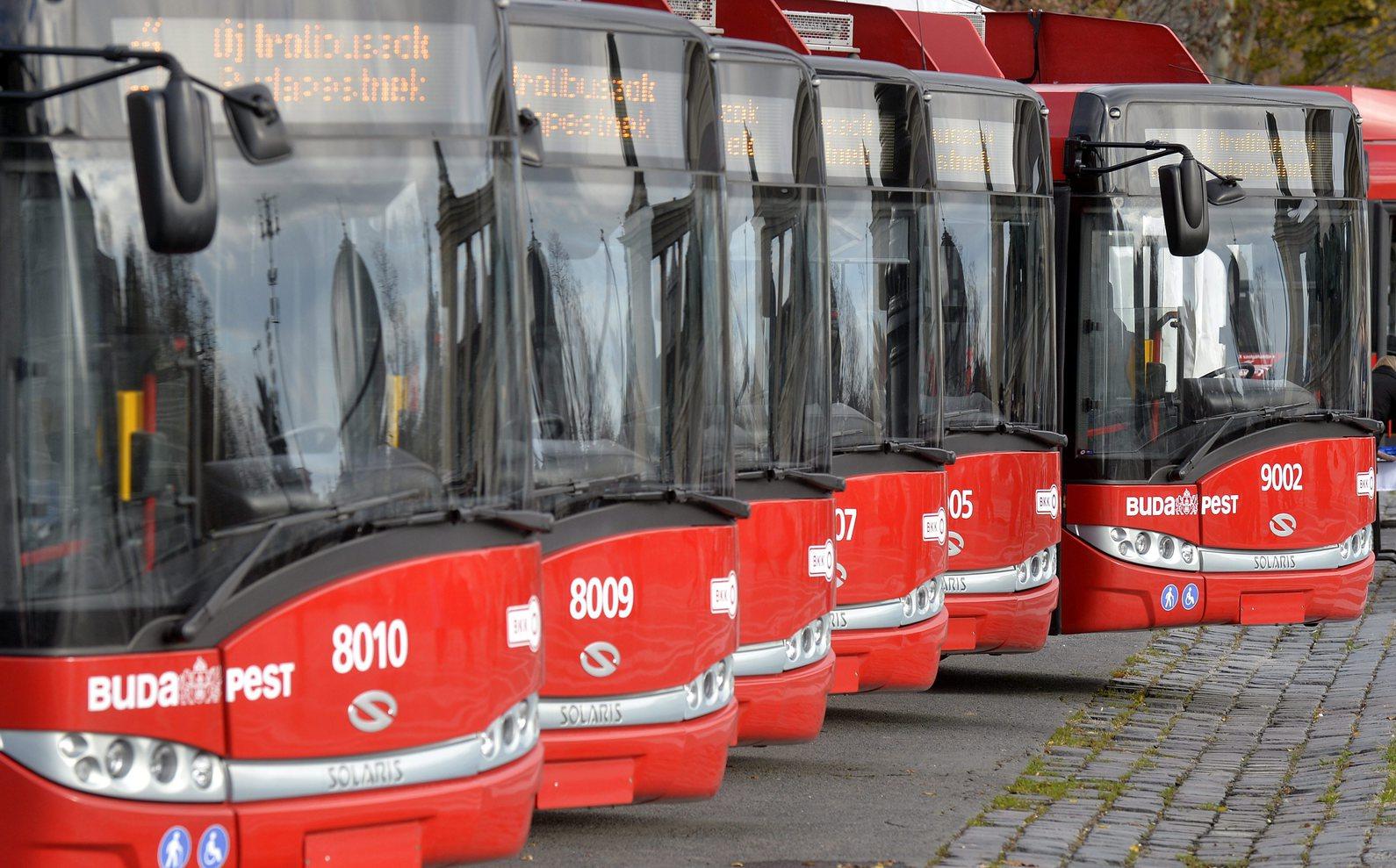 Új Solaris-Skoda trolibuszok a Hősök terén 2015. november 16-án. Délutántól hét ilyen jármű kezdi meg az utasok szállítását a 72-es, a 76-os és a 79-es vonalon. MTI Fotó: Máthé Zoltán