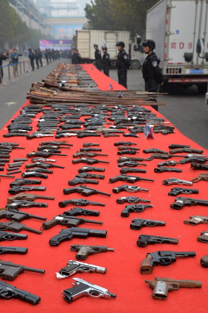 Csaknem egymilliárd kézifegyvert tartunk világszerte