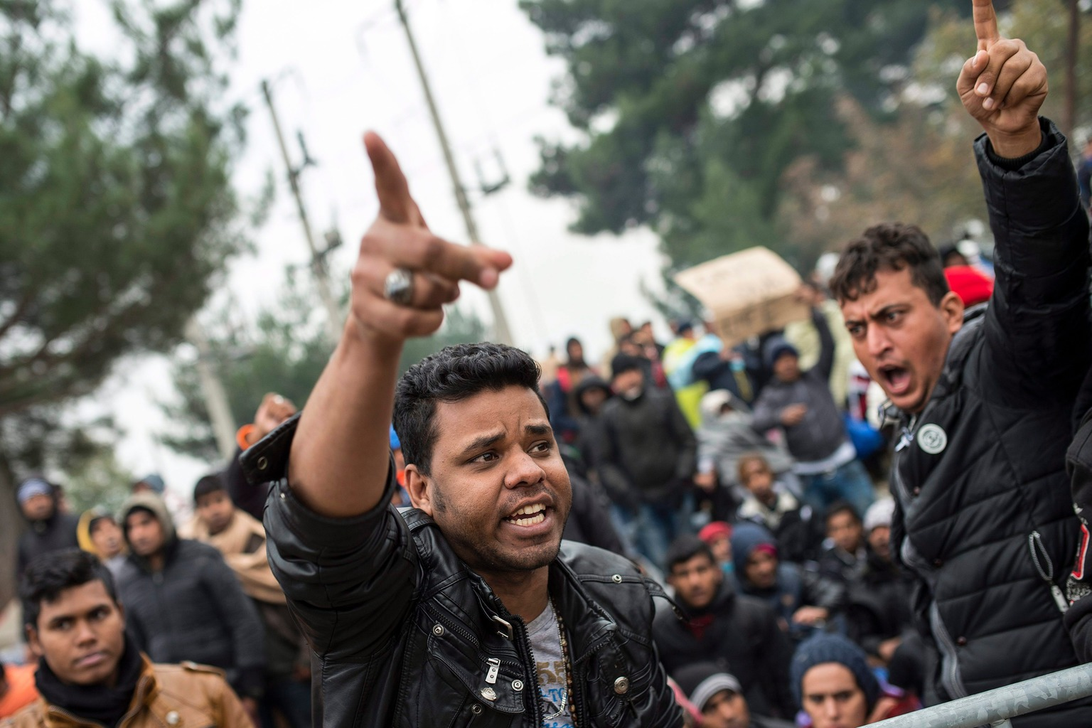 Gevgelija, 2015. november 21. Illegális bevándorlók tiltakoznak, mert nem léphetik át a határt Macedónia és Görögország között a dél-macedóniai Gevgelija közelében 2015. november 21-én. A határon feltorlódtak a bevándorlók, mert a macedón hatóságok csak a szíriai, iraki vagy afgán állampolgárokat engedik be az országukba. (MTI/EPA/Georgi Likovszki)