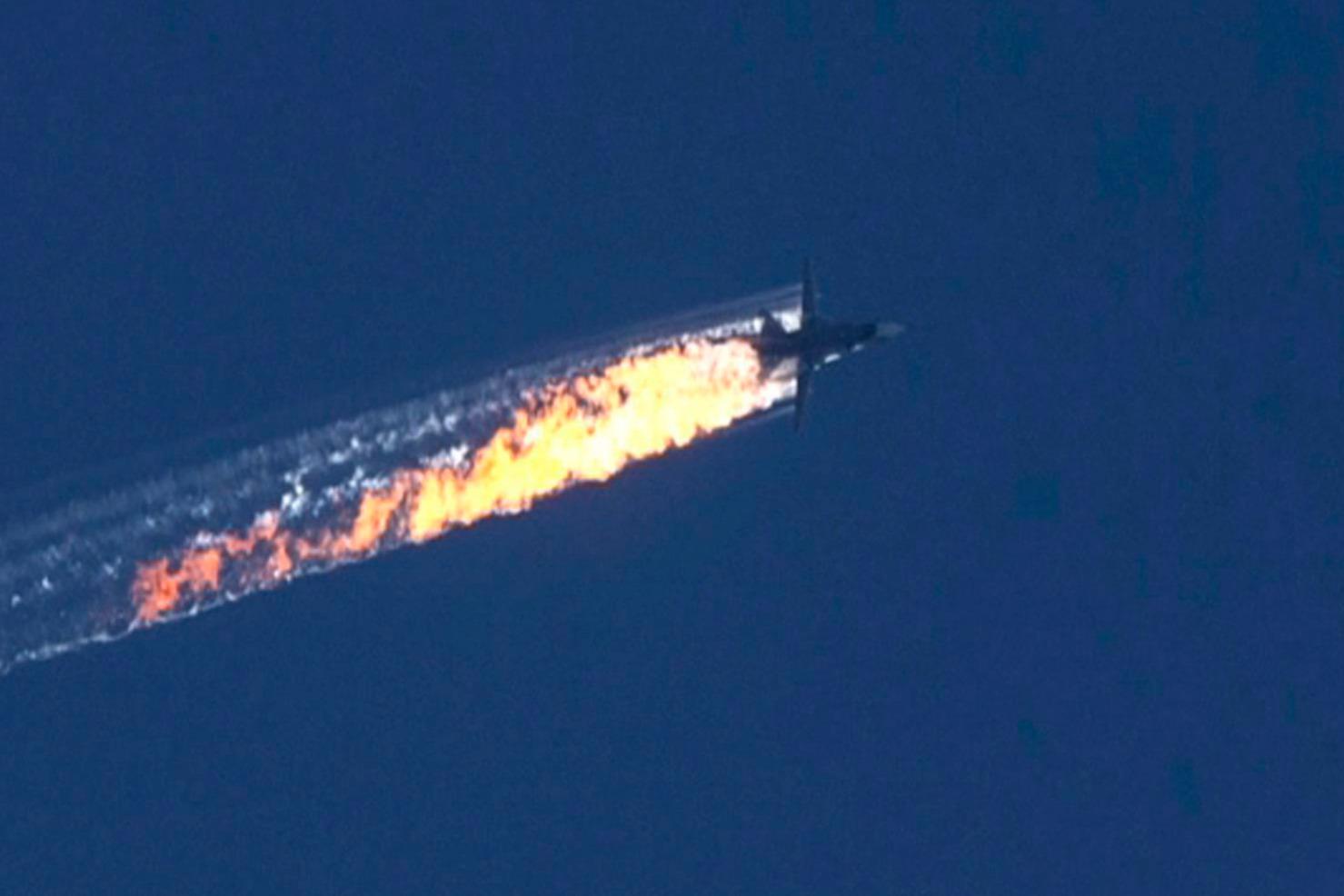 Török-szíriai határ, 2015. november 24. A HaberTürk TV adásáról készített képen kigyulladt repülőgép zuhan le 2015. november 24-én, miután török harci gépek lelőtték a Szu-24 orosz vadászbombázót a török-szíriai határ térségében. (MTI/EPA/HaberTürk TV)