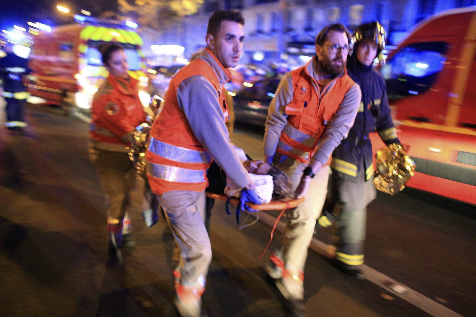 Párizs, 2015. november 14. Mentőalakulatok tagjai menekítik ki a sebesülteket a párizsi Bataclan koncertteremből 2015. november 13-án. A francia fővárosban késő este összehangoltan több merényletet követtek el. A lövöldözésekben és robbanásokban legalább 140 ember meghalt, sokan megsebesültek. Francois Hollande francia elnök egész Franciaország területére rendkívüli állapotot hirdetett és bejelentette a határok lezárását. (MTI/AP/Thibault Camus)