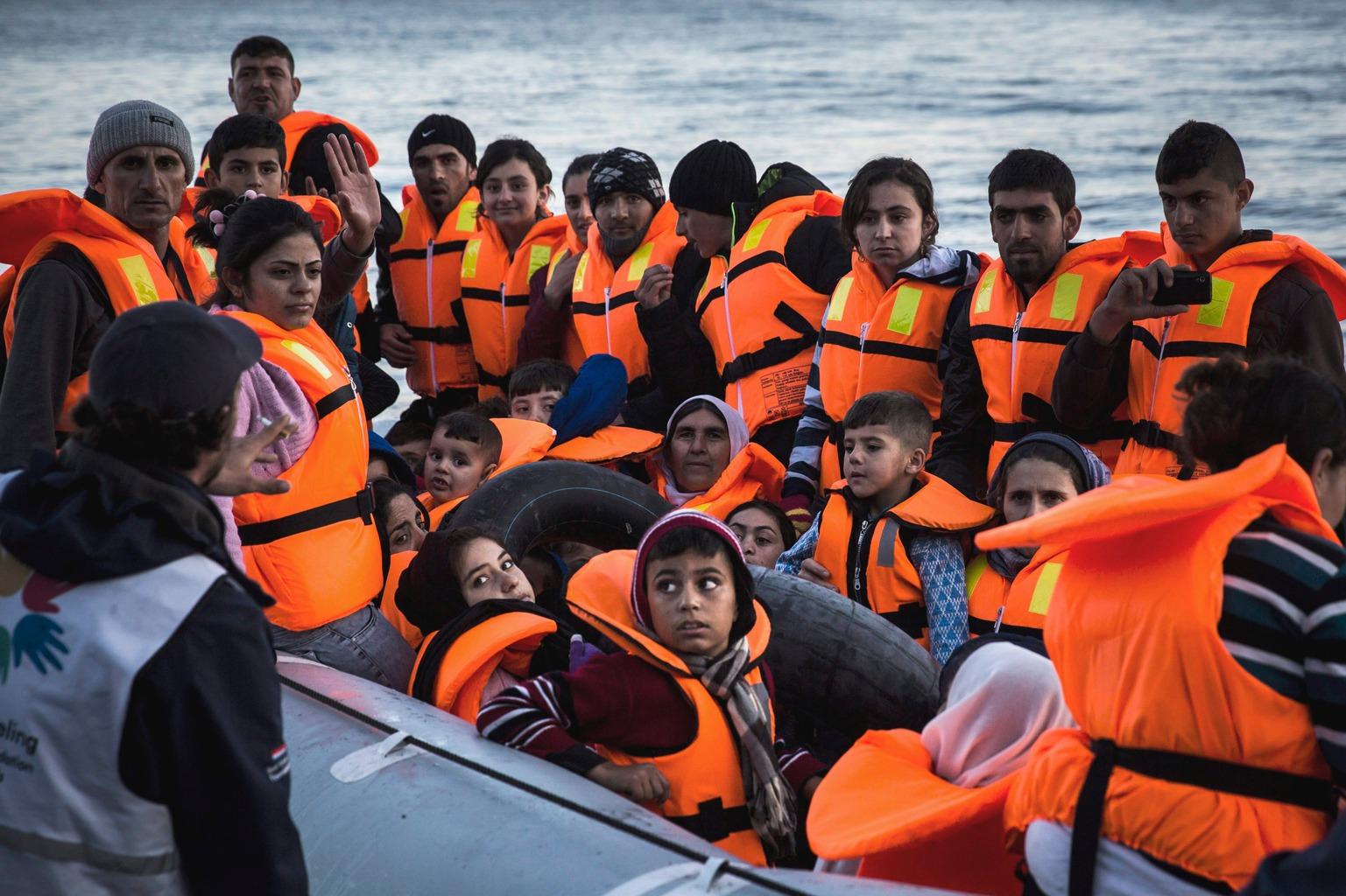 Leszbosz, 2015. november 14. Szíriai bevándorlókkal teli gumicsónak érkezik Törökország felől a görögországi Leszbosz szigetére 2015. november 14-én. (MTI/AP/Santi Palacios)
