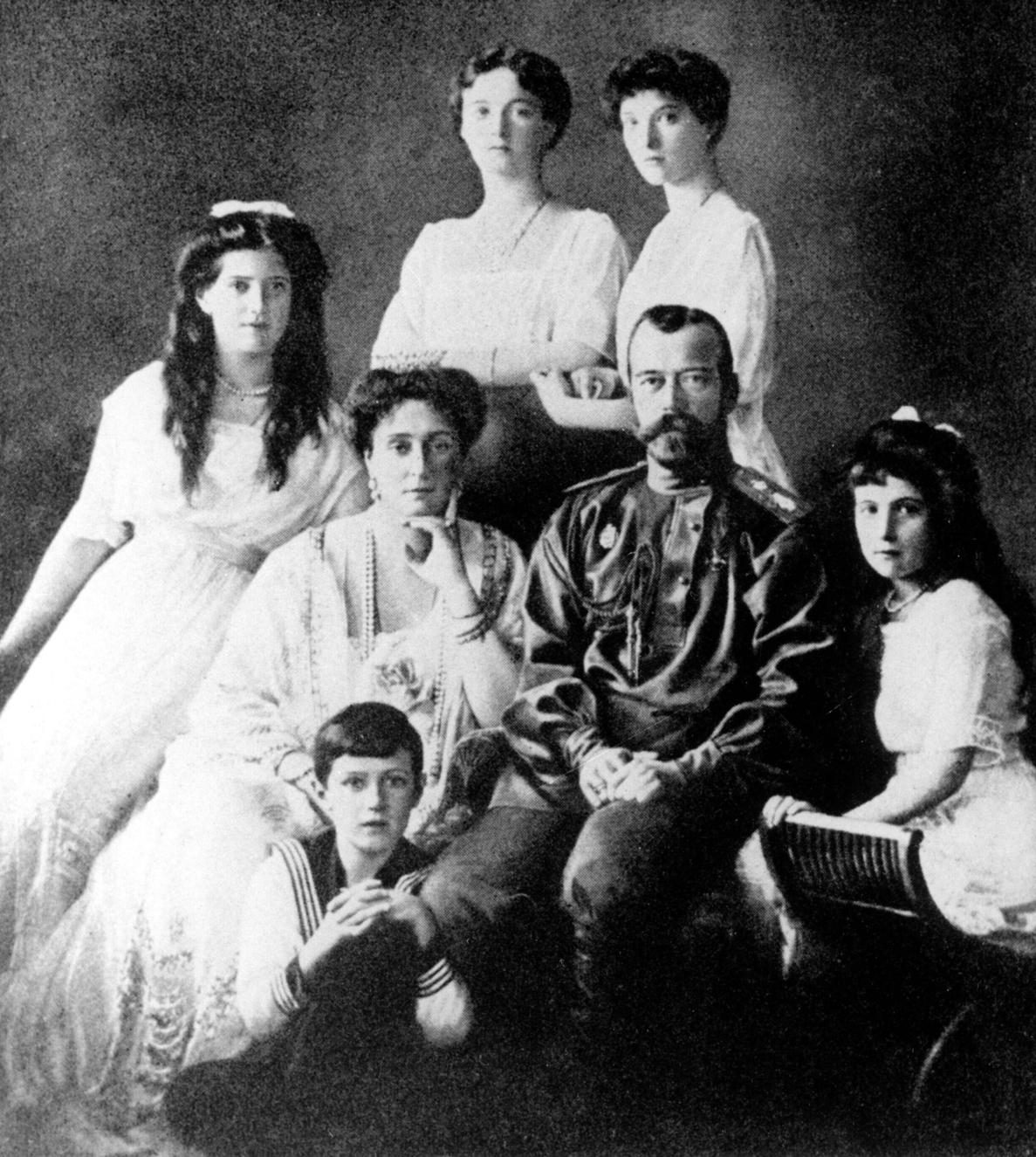 Az utolsó uralkodó Romanov család, középen II. MIKLÓS cár (1894-1917) és ALEKSZANDRA cárné. A családot 1918. júliusában szovjet utasításra kivégezték. (MTI/CP)