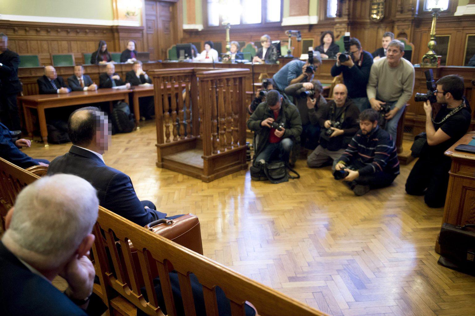 Kulcsár Attila vádlott (b2) az ellene és társai ellen sikkasztás, vesztegetés és más bűncselekmények miatt folyó megismételt eljárás tárgyalásán a Fővárosi Törvényszéken 2015. december 29-én. Várhatóan ezen a napon ítéletet hirdetnek a megismételt büntetőperben. MTI Fotó: Koszticsák Szilárd
