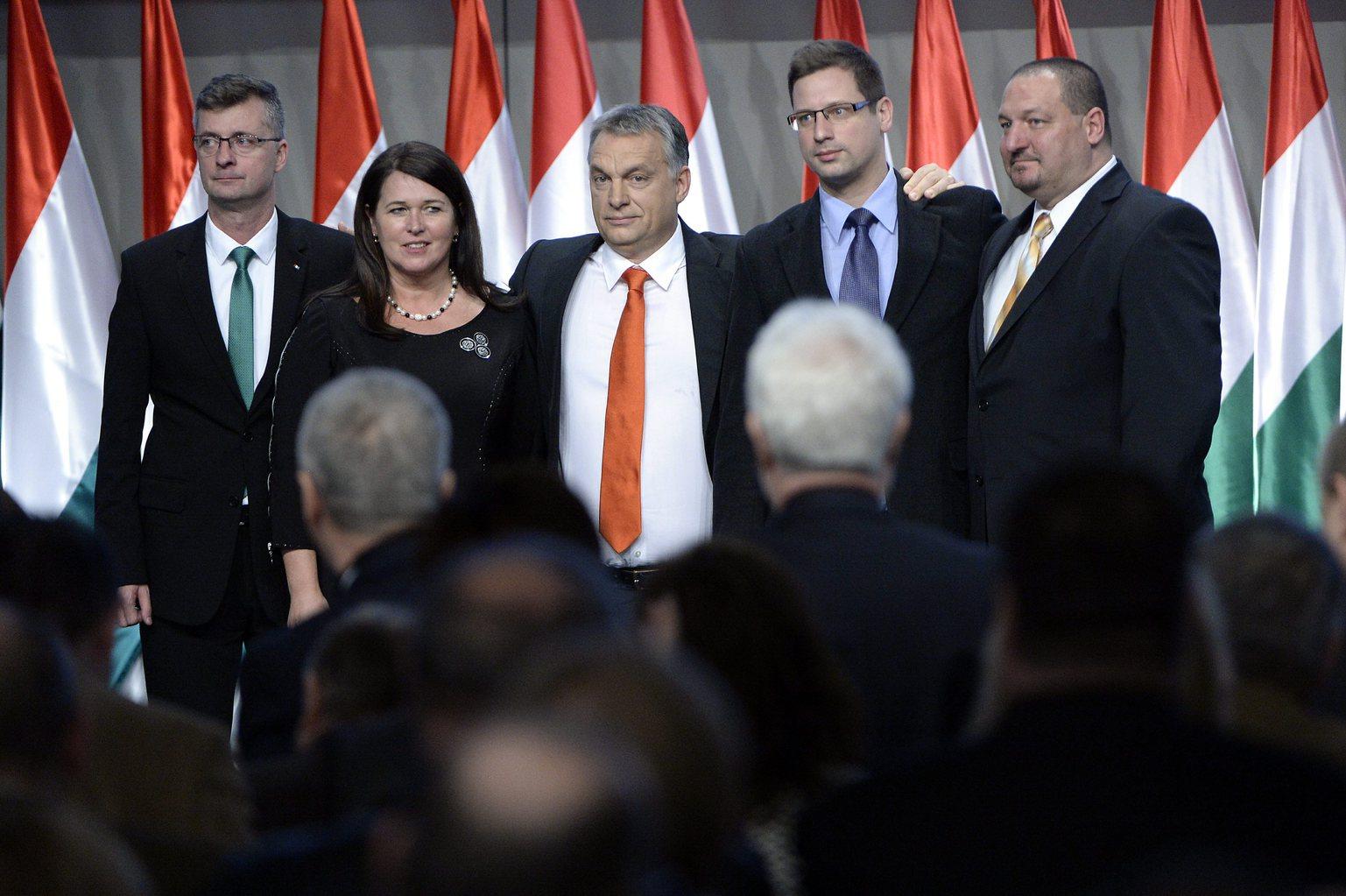 Orbán Viktor miniszterelnök, a Fidesz elnöke (k), valamint a párt újonnan megválasztott alelnökei, Kubatov Gábor, Pelczné Gáll Ildikó, Gulyás Gergely és Németh Szilárd (b-j) a Fidesz XXVI., tisztújító kongresszusán a budapesti Hungexpón 2015. december 13-án. MTI Fotó: Kovács Tamás