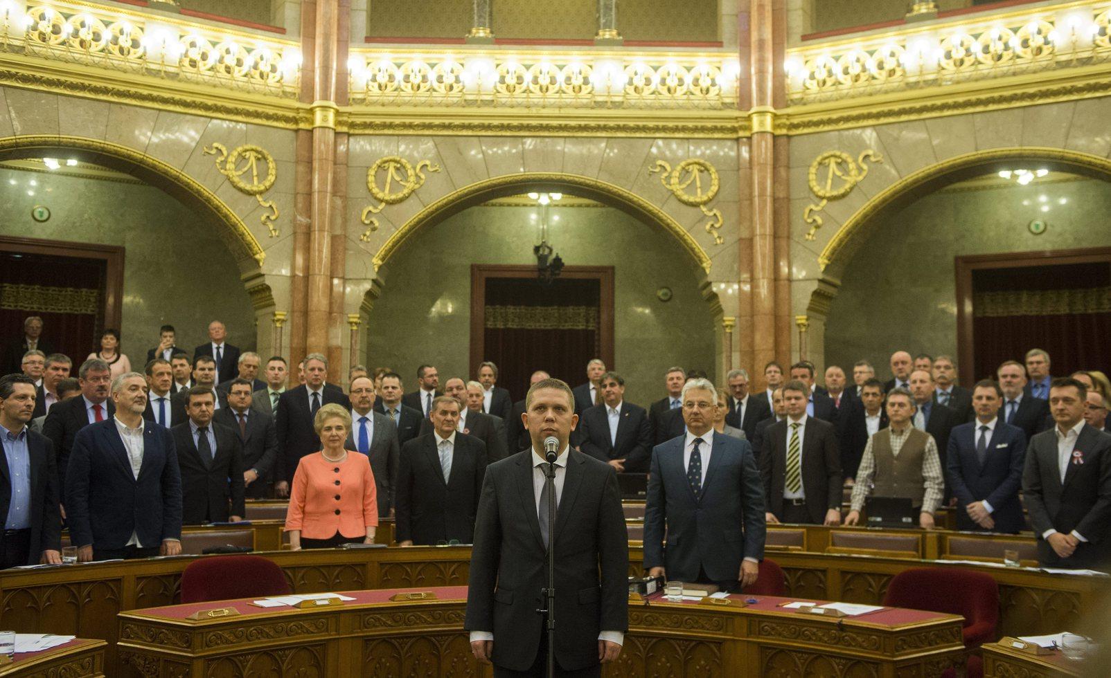 Kész Zoltán független képviselő leteszi esküjét az Országgyűlés plenáris ülésén 2015. március 16-án. MTI Fotó: Illyés Tibor