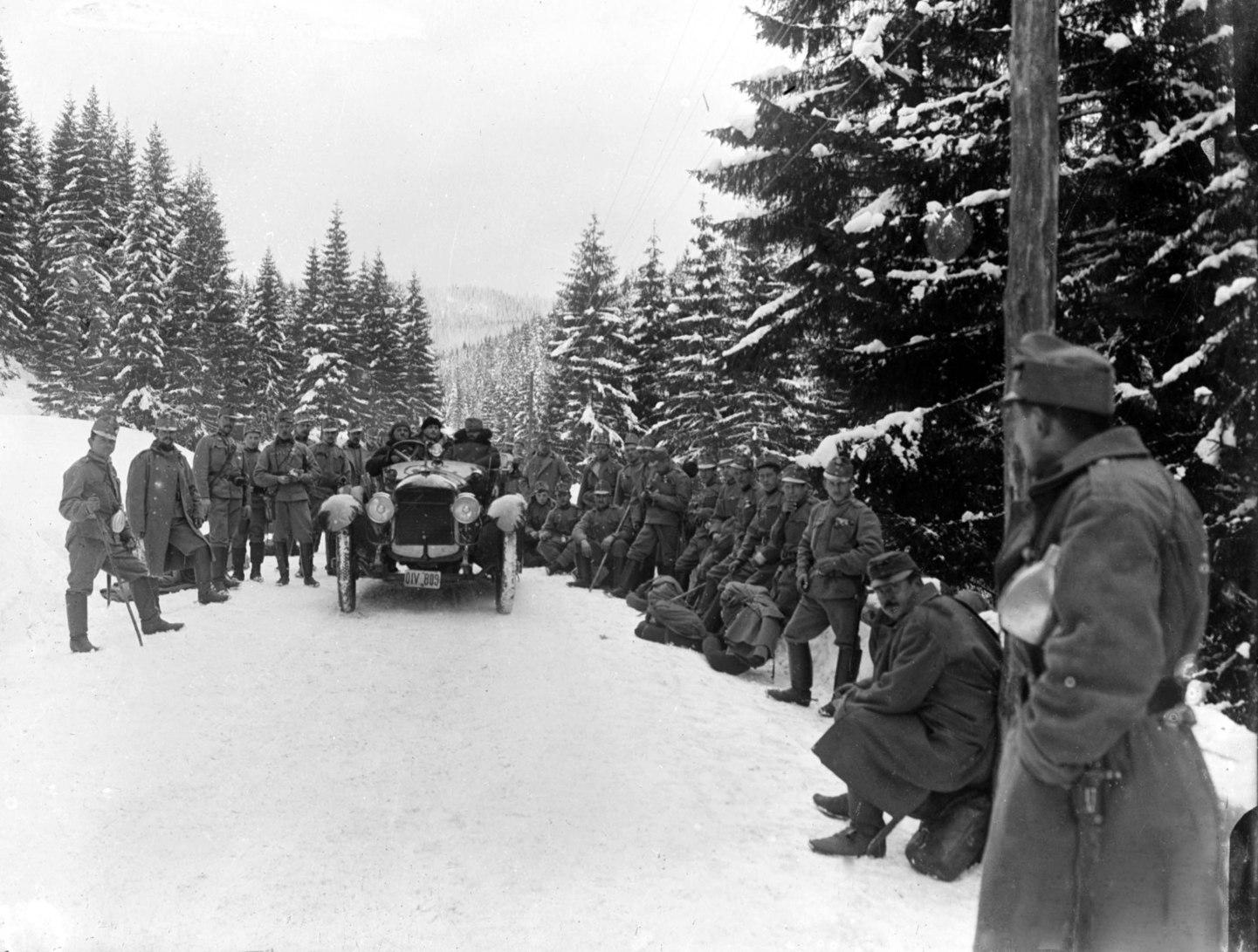 1915. december 1. Újságírók a fronton. A téli hegyvidéken táborozó csapatokkal találkoznak az autóval mozgó újságírók. Az ő feladatuk beszámolni a frontvonalról, de nemcsak a hátország számára, hanem fronton harcoló katonák tájékoztatására is. (MTI-fotó: reprodukció)