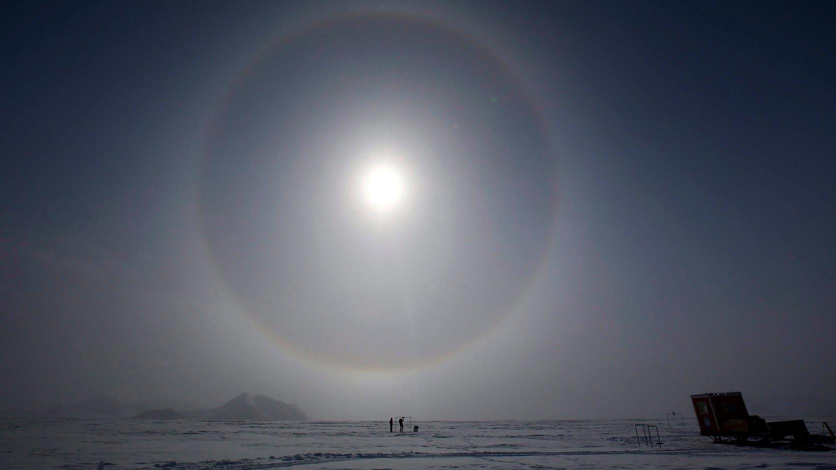 Antarktisz, 2015. december 29. A 2015. december 29-én elérhetővé vált képen tudósok a Föld felületére lejutó közvetlen napsugárzás erősségét mérik a Déli-sarkon az Union gleccsernél lévő tábor környékén 2015. november 18-án. Az Antarktisz felett kialakult ózonréteg vastagságát és a légkörben felhalmozódott, ózont károsító anyagok koncentrációját folyamatosan mérik.(MTI/EPA/Felipe Trueba)