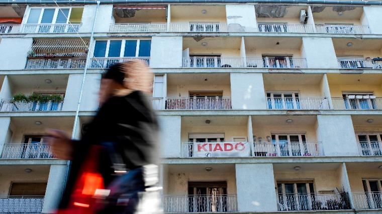 Eladó lakást hirdető felirat a XIII. kerületi Pannónia utcában. MTI Fotó: Marjai János