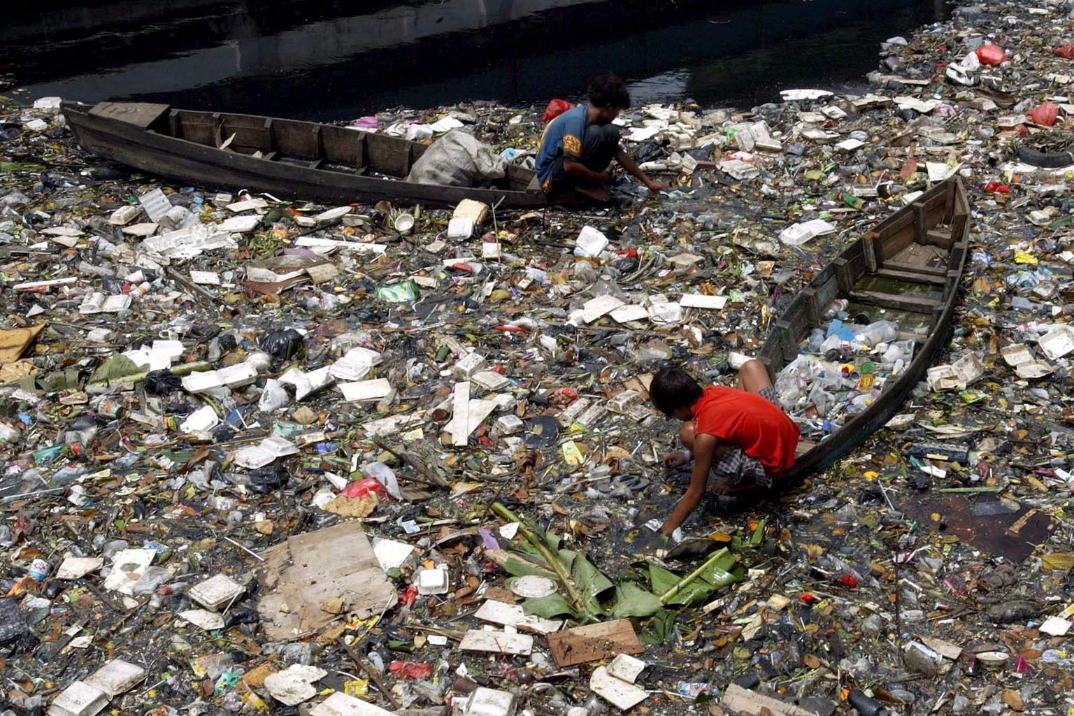 Jakarta, 2006. március 21. Két fiatal férfi műanyag palackokat gyűjt egy erősen szennyezett folyóban Jakartában 2006. március 21-én, a víz világnapja előtti napon. A világ vízkészletét tanulmányozó nemzetközi jelentés szerint a tiszta édesvíz hiánya környezetvédelmi katasztrófához vezethet 2020-ra.  (MTI/EPA/Mast Irham)