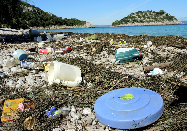 Partra mosott műanyag szemét egy horvát szigeten. (Fotó: AFP)