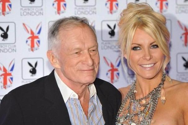 London, 2013. január 1.2011. június 4-én Londonban készített felvétel Hugh Hefnerről, a Playboy amerikai erotikus magazin alapítójáról (b) és barátnőjéről, Crystal Harris amerikai-brit manökenről. Hefner 2012. december 31-én este feleségül vette a nála 60 évvel fiatalabb barátnőjét. (MTI/EPA/Daniel Deme