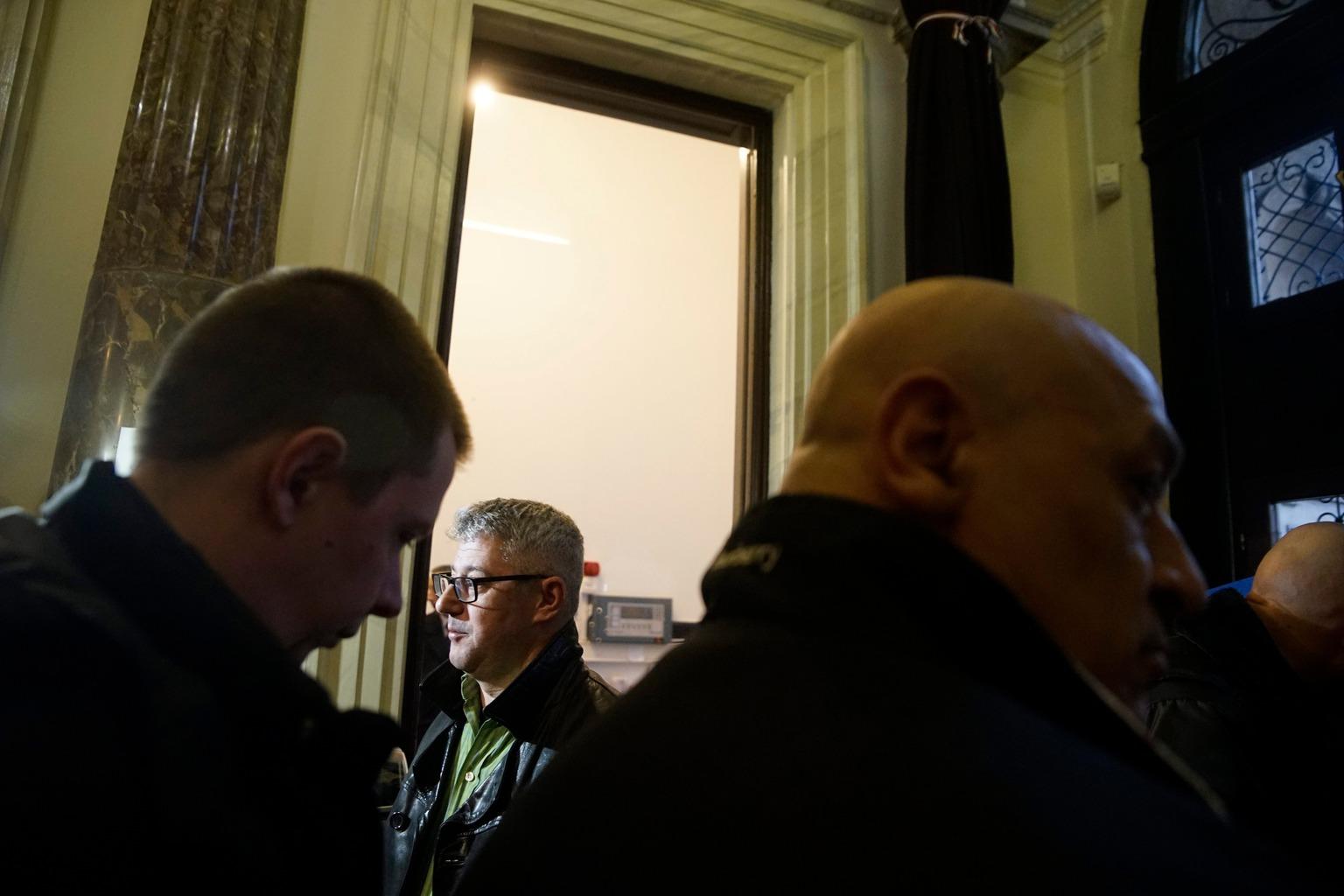 Budapest, 2016. február 23. Nyakó István MSZP-s politikus, volt országgyűlési képviselő Budapesten, a Nemzeti Választási Iroda épületében 2016. február 23-án. A párt újra megpróbálja benyújtani a Nemzeti Választási Irodánál a vasárnapi zárva tartásról szóló népszavazási kérdését, miután a Kúria ma dönt arról, átengedi-e az előtte fekvő, a hasonló ügyben benyújtott népszavazási kérdést. Mellette egy csoport tagjai, amely szintén beadvány benyújtására készül. MTI Fotó: Balogh Zoltán