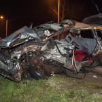 Összetört személygépkocsi a 85. főút veszkényi kereszteződésében, Kapuvár közelében 2016. február 28-ra virradó éjjel. A jármű egy másik autóval ütközött, a balesetben két ember életét vesztette, rajtuk kívül egy személy könnyű sérüléseket szenvedett. MTI Fotó: Krizsán Csaba
