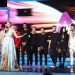 A zsűri szavazatai alapján továbbjutott négy legjobb produkció előadói, Freddie, Oláh Gergő, a Kállay Saunders Band és Petruska (hátul b-j), valamint Tatár Csilla és Harsányi Levente műsorvezetők (elöl) az Eurovíziós Dalfesztivál magyar versenye, A Dal 2016 című televíziós showműsor döntőjében a Médiaszolgáltatás-támogató és Vagyonkezelő Alap (MTVA) óbudai gyártóbázisán 2016. február 27-én. MTI Fotó: Mohai Balázs